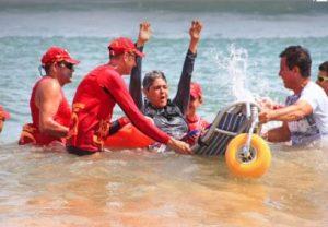 Equipe do Praia Acessível acompanha banhista na cadeira anfíbia