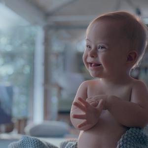 Bebê com Síndrome de Down em comercial da marca Johnson's Baby