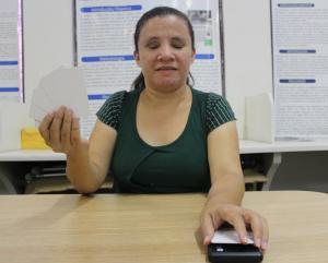 Maria Carlizeth com o baralho acessível